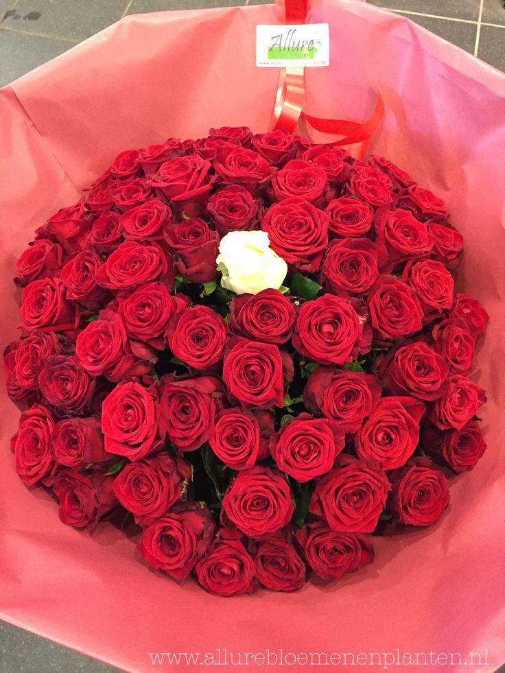 Boeket rode rozen (Red Naomi) en 1 witte roos (Avalanche) in het midden.