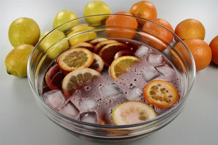 Skyl Appelsiner og Citroner og skær dem i tynde skiver,  der skæres over en gang.  Læg frugten i en Glas Bowle eller kande og drys sukkeret over.  <BR> <BR> Derefter hældes rødvinen ved og Cognac'