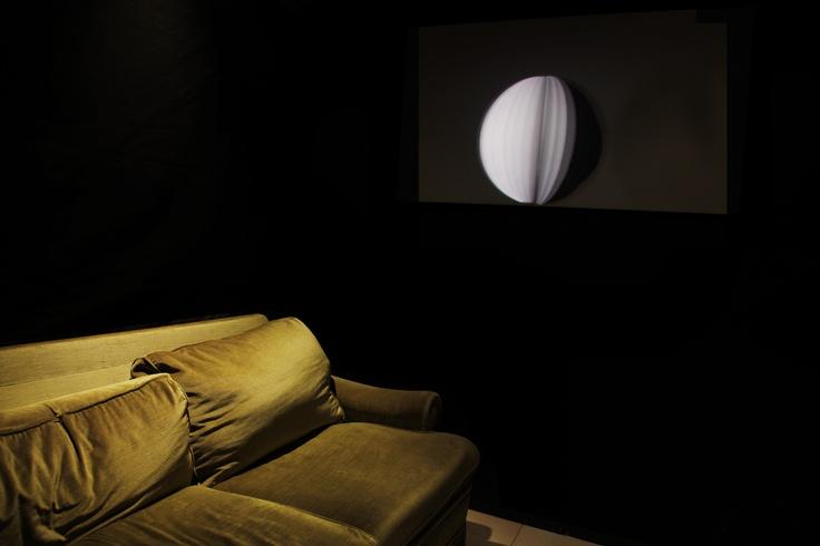 De jour et de nuit et de nuit (vidéo en boucle), Stéphanie Raimondi, 2012.  Photo : Antoine Chesnais. Extrait du texte de Marine Drouin à lire sur la page facebook.com/ateliereffervescent.