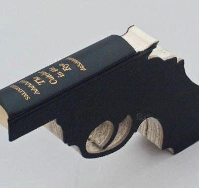 """""""Ecco perché un libro è un fucile carico, nella casa del tuo vicino. Diamolo alle fiamme! Rendiamo inutile l'arma. Castriamo la mente dell'uomo""""   (Ray Bradbury, Fahrenheit 451) ---------------------------------------  The Catcher in the Rye © Robert The"""