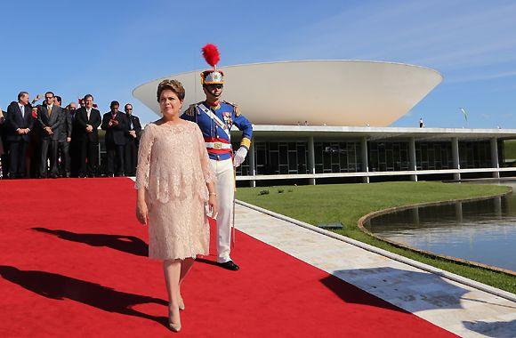 Dilma Rousseff, presidenta do Brasil, tem 67 anos de idade. Já foi casada, é mãe de uma filha adulta e tem um netinho em fase de crescimento. A não ser pelo fato de ser economista e possuir o cargo mais alto da nação, Dilma se assemelha com as avós de muita gente: é uma senhora idosa que não se encaixa no padrão de beleza. Mas não são todos que consideram esses aspectos.