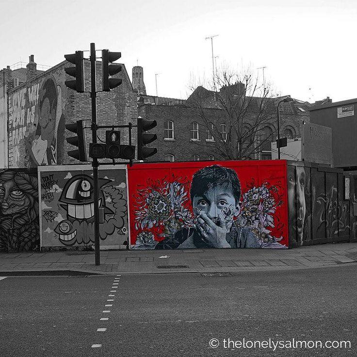 Streetart  Graffiti  @ The Shoreditch London .  #thelonelysalmon #london #londra #igerseurope #igerslondon #ig_london #londonphoto #ig_worldclub #ig_clubaward #murales #graffiti #semaforo #trafficlight #uk #england #streetart #urbanart #streetstyle