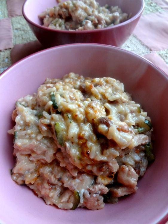 Risotto express à la cocotte minute (prêt en 7 minutes!!!) à tester  pour 2 personnes      200 g de riz pour risotto     1 oignon haché     250 g de blanc de volaille coupé en lanières     3 cuillères à soupe d'huile d'olive     1/3 de litre de bouillon de volaille ou de légumes chaud     1 verre de vin blanc     2 cuillères à soupe de raisins secs     1/2 courgette coupée en fines rondelles     Parmesan     Ricotta