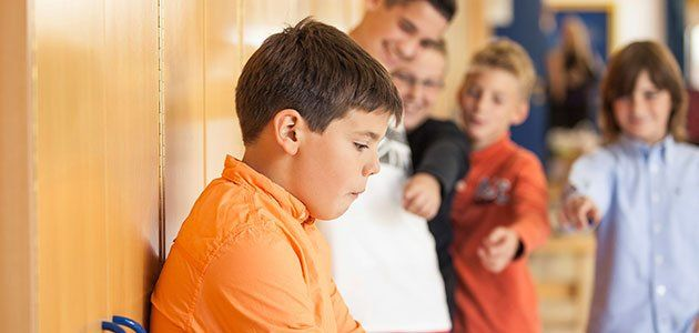 Qué entendemos por acoso escolar o bullying. Guiainfantil.com nos revela todos los tipos de acoso escolar que viven muchos niños en edad escolar, así cómo se desarrollan y perjudican a los implicados.