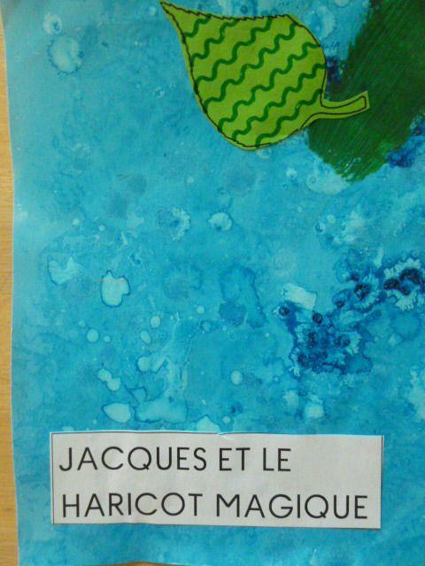 Nous avons travaillé avec le conte Jacques et le haricot magique. Nous avons écouté plusieurs fois l'histoire avec différents livres. Nous avons raconté notre propre histoire : Notre album peinture du fond à l'encre bleue et gros sel, tige du haricot...