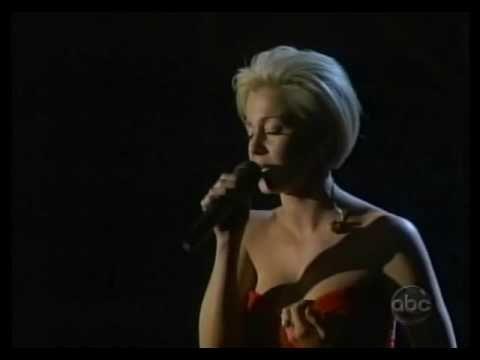 Kellie Pickler tearfully sings I Wonder CMA 11-07-07