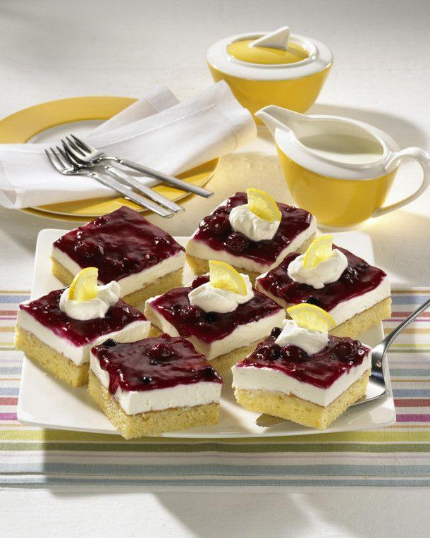 Unser beliebtes Rezept für Zitronenkuchen mit Quark-Sahne und Roter Grütze und mehr als 55.000 weitere kostenlose Rezepte auf LECKER.de.