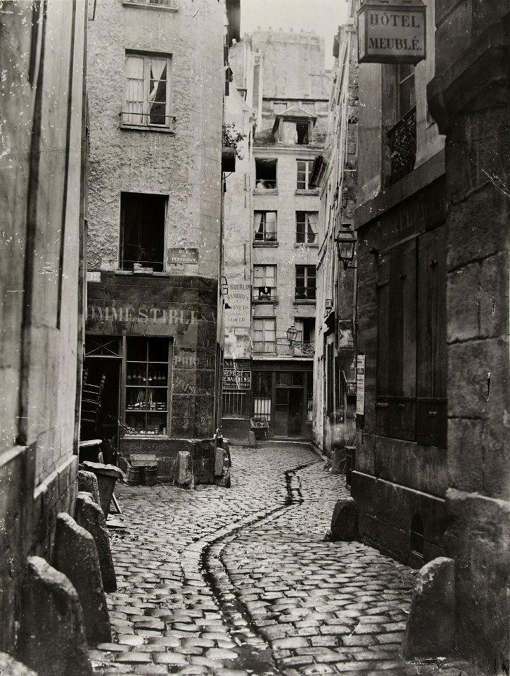 Voici le très Vieux Paris, le Paris disparu à tout jamais. Nous voyons la rue des Trois-Canettes et, à gauche, la rue de Perpignan, qui se trouvaient tout près de Notre-Dame. Puis vint un certain baron Haussmann... (photo par Charles Marville, vers 1865).