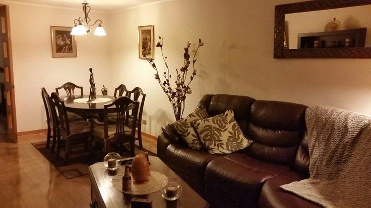 Diseño y decoración de living en tonos chocolate e iluminación cálida