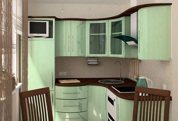 Для небольшой кухни лучше выбирать светлую мебель естественных оттенков с минимальным количеством открытых полок