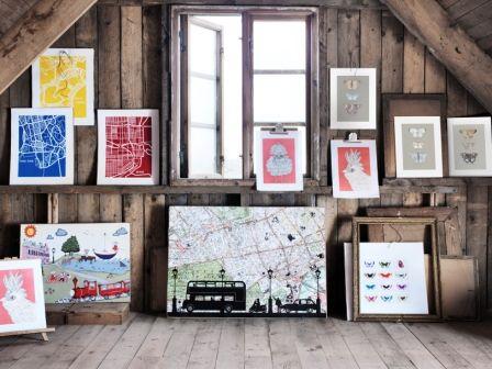Med motiver fra Londons gader, grafiske bykort og farvestrålende fugle og sommerfugle gør IKEAs nye plakatkollektion dit hjem cool og kreativt.