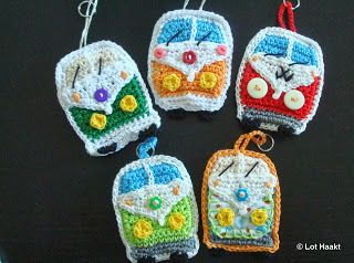 Crochet VW Camper Keyrings. With inspitation of a pattern for an application from One & Two Company: http://www.oneandtwocompany.com/
