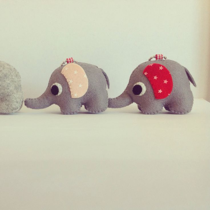 Elefantes de fieltro para usar de llavero.