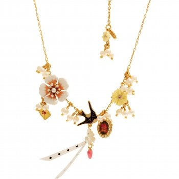 MESSAGÈRE NECKLACE: SWALLOW AND FLOWER  Les Néréides timeless collection revisits with humor and poetry the eternal theme of love messages.    Material: Brass, Enameled metal, Freshwater pearls, resin, rhinestone   Colors: Pink   Dimensions: 5,5 cm + 8,5 cm     Jewellery sent in its packaging Les Nereides.