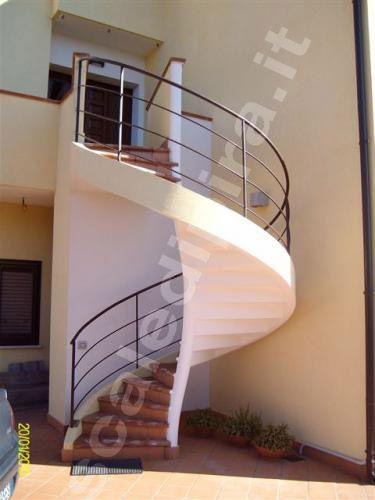 Le scale elicoidali sono una classica soluzione per ottimizzare lo spazio verticale riducendo al minimo l'ingombro orizzontale. I prezzi delle nostre scale sono economici in quanto siamo produttori diretti e quindi non ci sono intermediari. Preventivi gratuiti 0922 801505 - info@scaledipira.it - www.scaledipira.it