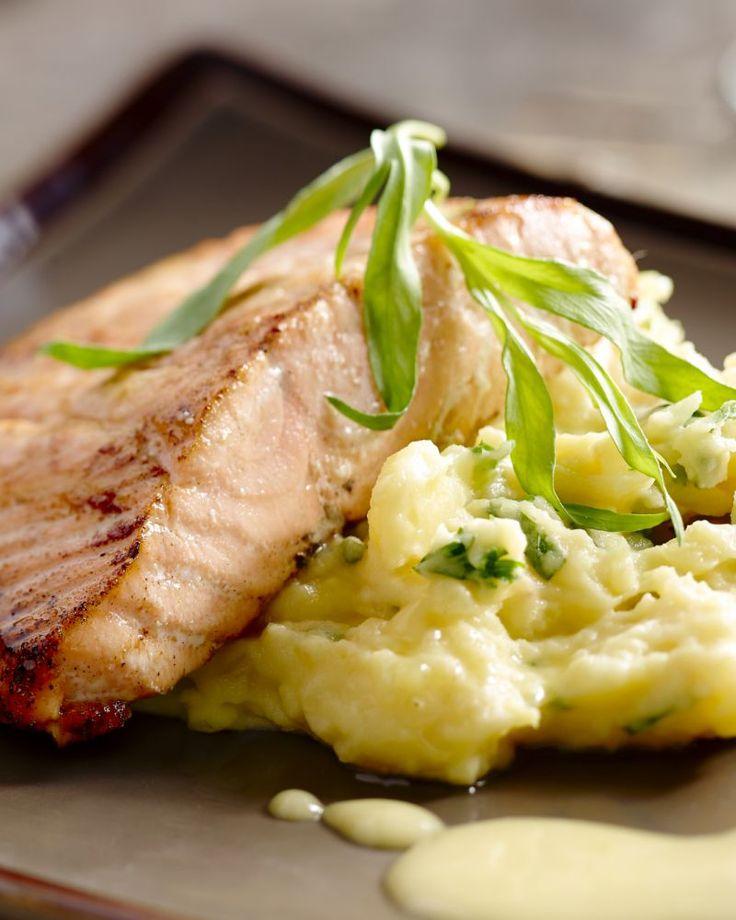 Stoemp kan ook verfijnd zijn! Zoals in dit gerecht, waarbij er pastinaak en lekker veel kruiden bij de stoemp wordt gedaan, met daarbij zalm en beurre blanc