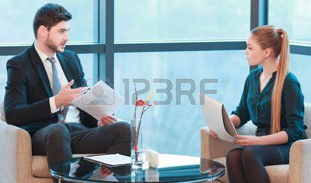 Ontmoeting met een baas Beeld van mooie jonge vrouw en man in formalwear met zakelijke bijeenkomst z Stockfoto
