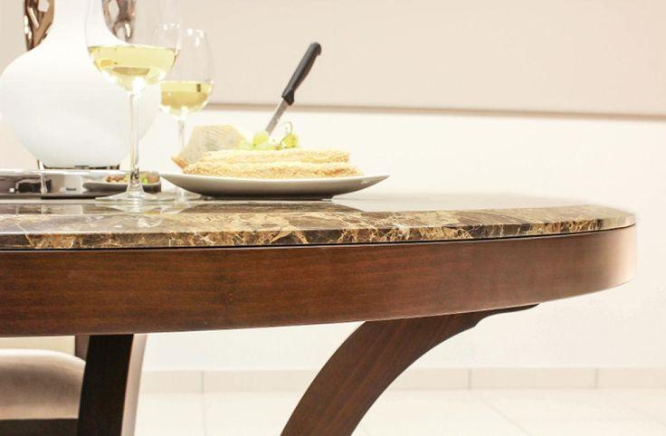 Τραπέζι ροτόντα κατασκευασμένη από φυσικό ξύλο καρυδιάς διαμέτρου 1,40.Το καπάκι είναι κατασκευασμένο από μάρμαρο Emberador.Υπάρχει η επιλογή μεταξύ 3 μαρμάρων στο καπάκι, emberador (καφέ), carrara λευκό, green indian (πράσινο), ή ακόμη η κατασκευή ξύλινου καπακιού στην οποία δίνεται η δυνατότητα κατασκευής μίας προέκτασης 45cm που τοποθετήται στη μέση της ροτόντας, επιλογή που δεν είναι διαθέσιμη με το μαρμάρινο καπάκι.
