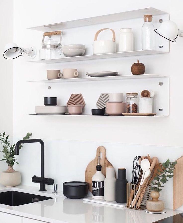 Osez les étagères ouvertes dans la cuisine pour un effet déco immédiat
