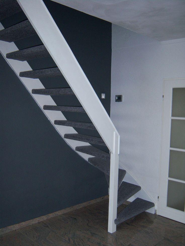 open trap met antraciet tapijt