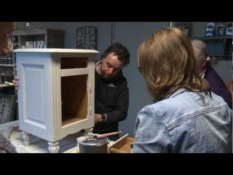 Annie Sloan Chalkpaint™ | Twee kleuren krijtverf doorschuren | Distressen (NL) - YouTube