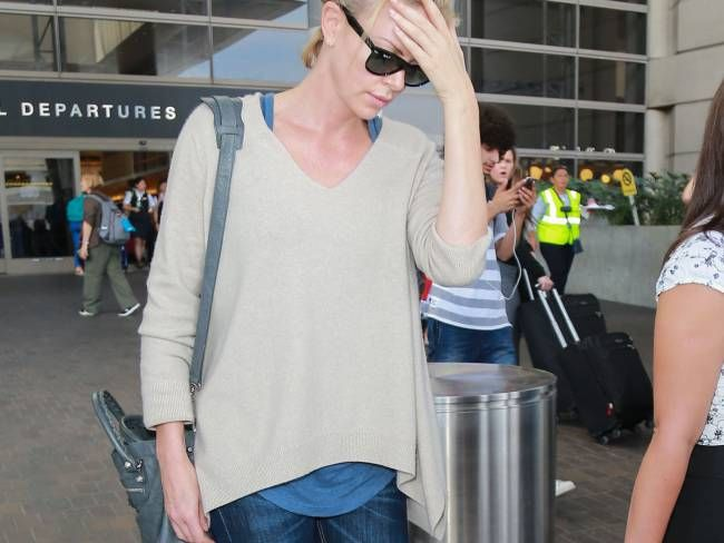 """Charlize Theron à nouveau maman : La star a adopté un deuxième enfant !  Charlize Theron arrive à l'aéroport de LAX à Los Angeles en provenance d'Afrique du sud où elle était en tournage avec son ex petit ami Sean Penn sur le film """"The Last Face"""" le 31 juillet 2015"""