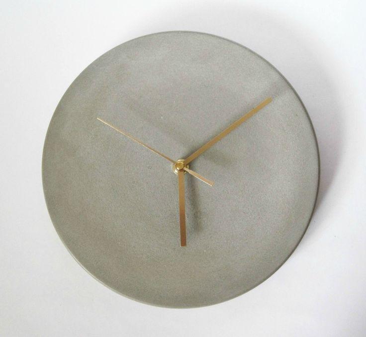 Horloge de mur béton fait à la main  rond Or heures minutes et secondes mains  Taille:  Diamètre: 25cm  Livré prêt à accrocher  ♦ Nécessite 1 pile AA (non incluse)  Il s'agit d'un objet fait main béton unique.  ❤Worldwide frais de port offert---> Shipping❤ gratuit  Merci de votre visite