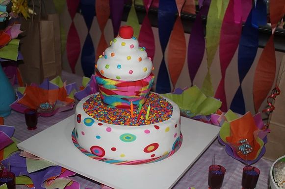 sukielanzafestas Bolo Festa Neon, Cake Neon Party, Esculpido em Cupcake