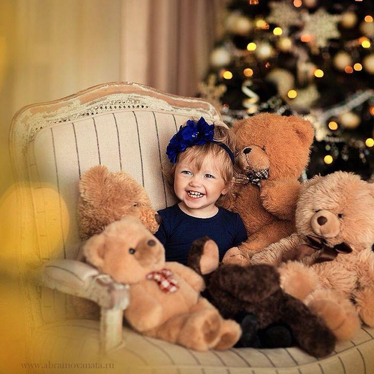 Вот такая неуловимая малышка Есения в царстве новогодних мишек у меня была сегодня ловлю детские улыбки)))/ Yesenia and Bears I love children's smiles #abramovanata