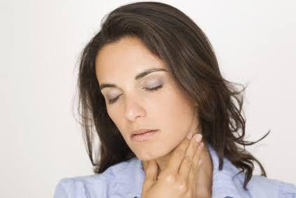 Il est possible de soigner naturellement une angine virale avec les remèdes de grands-mères. Ce gargarisme apaise le mal de gorge grâce aux propriétés antivirales du miel et du citron.