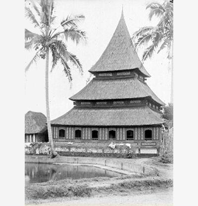 Masjid lama di wilayah Bukittinggi, sekarang Provinsi Sumatra Barat. Foto antara tahun tahun 1890-1916, koleksi Tropenmuseum.