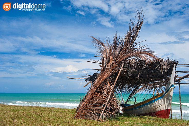 Perahu Sekoci merupakan perahu tradisi bersaiz kecil yang terkenal di Negeri Terengganu Darul Iman. Ia digunakan untuk aktiviti memancing, mencandat sotong dan memukat ikan dengan menggunakan pukat-pukat kecil di sekitar persisiran pantai
