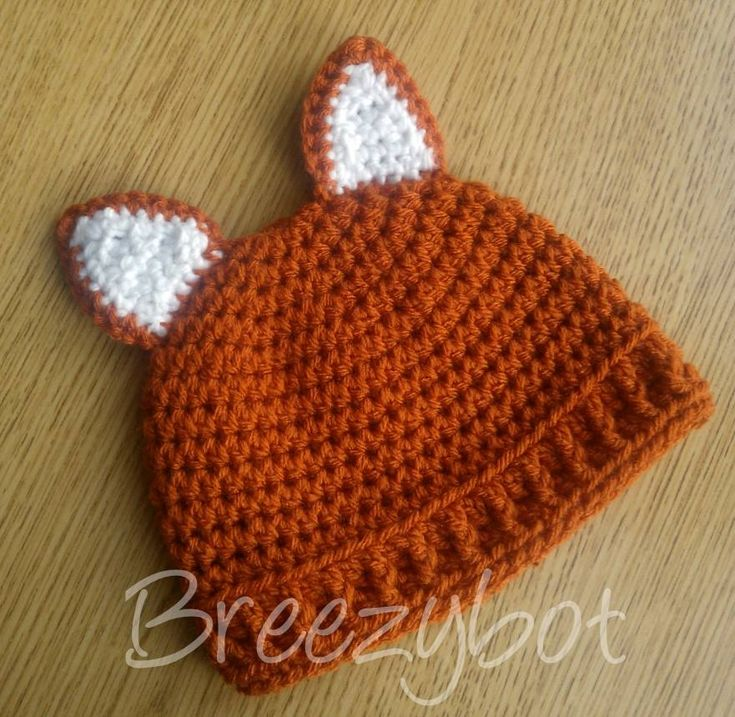 Gorrito de bebe a crochet con orejas de zorro.