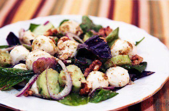 Овощной салат с моцареллой и орехами
