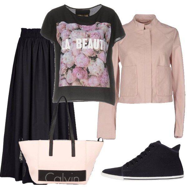 Outfit composto da gonna lunga e ampia nera, t-shirt con stampa raffigurante delle rose, giubbotto in pelle rosa, sneakers nere e shopping bag bicolore.