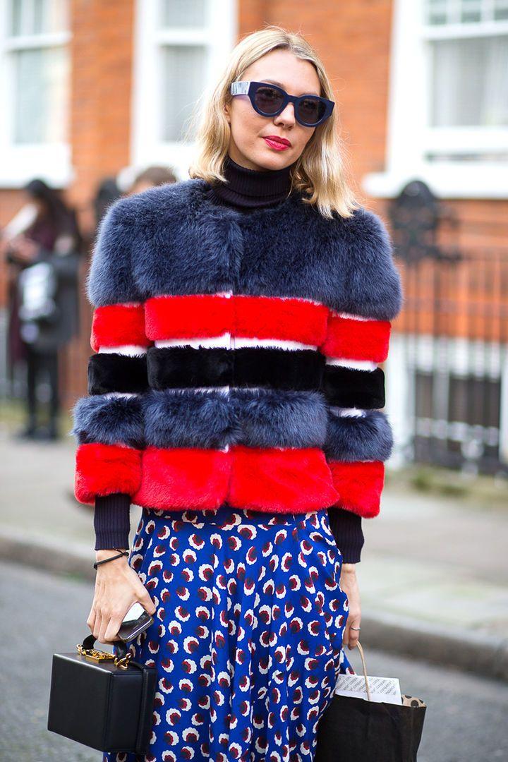 Меховая курточка + водолазка + лёгкая юбка Идеальное сочетание для середины-конца марта, когда воздух прогревается до +10-15 градусов: любимая водолазка и тонкая меховая куртка.  О чем нужно помнить? Первые тёплые деньки — лучшее время, чтобы одеться в яркие краски. Пусть чёрная и коричневая шубка будут вашим зимним вариантом, а красная, синяя или жёлтая — весенним. К тому же такая очаровательная пушистая куртка отлично дополнит весёлую юбку с принтом.  #artstoria #look #fashion #style #top…