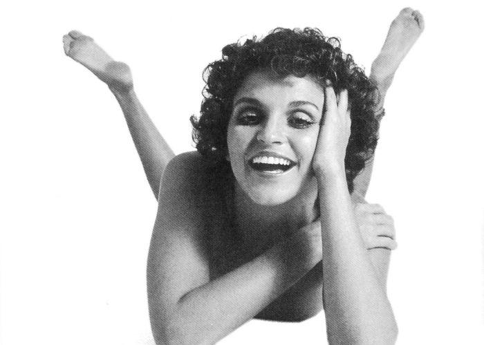 Leila Diniz brilhou no cinema e na TV. Aos 27 anos, a atriz morreu em um desastre de avião, em 14 de julho de 1972. http://pt.wikipedia.org/wiki/Leila_Diniz