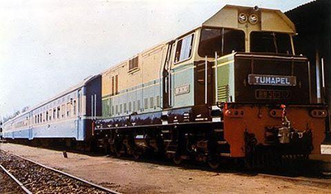 """""""KA Tumapel dengan lokomotif BB303 07""""  Sumber: kaskus (lokasi dan tahun tidak diketahui)  #sejarah #keretaapiindonesia #keretaapi #indonesia #tumapel #malang #surabaya"""