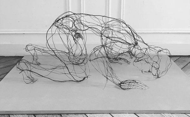 Geweldige sculpturen van draden van Julie Joly. Op een simplee manier komen haar beelden tot leven met slechts een draad.
