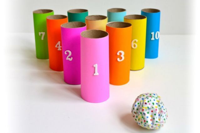 Jeu de quille pour apprendre les chiffres. Rouleau de papier de toilette avec cartons de couleur.