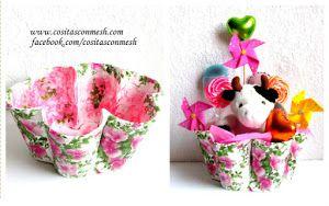 Empaqueta tus regalos con ideas de reciclaje y serán más personales. ¡Mira esta cesta con vasos desechables!