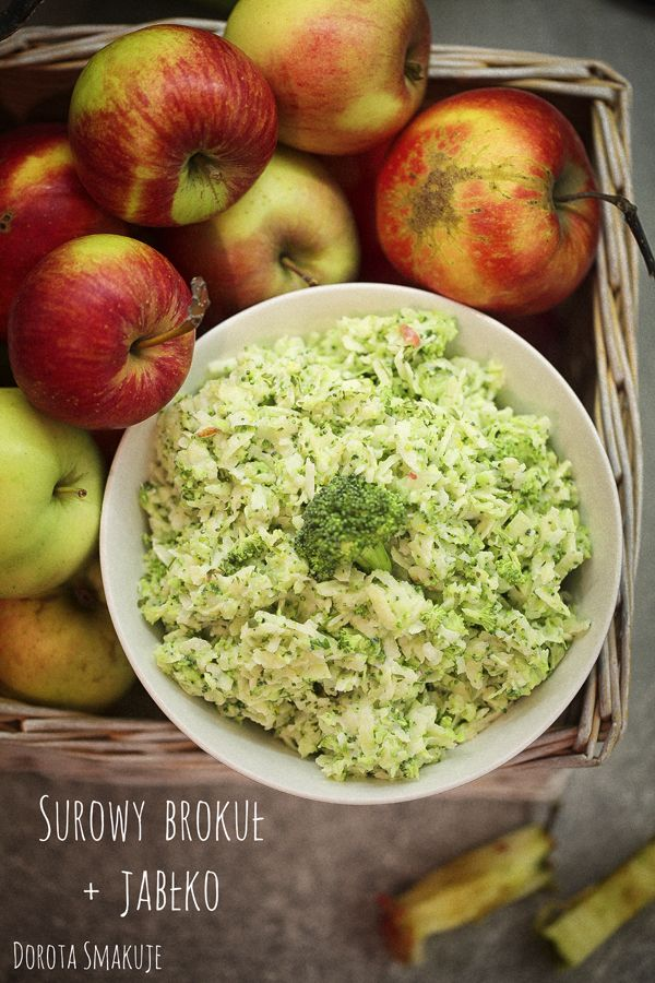 Sałatka:  pół brokuła, 2 jabłka, 2 łyżki posiekanej natki pietruszki, łyżka dobrego oleju, 3 łyżki jogurtu