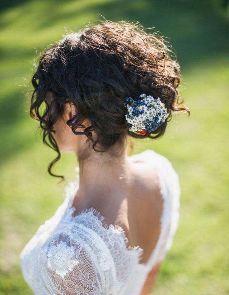 Coiffure cheveux frisés mariage