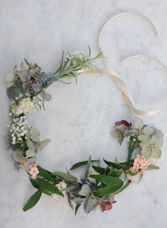 """ruban pour la finition de la couronne. Par contre, j'aime moins le côté """"trous"""" à pleins d'endroits sans fleurs, pas hyper coloré rose, beige, vert"""