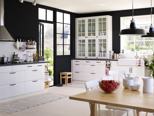 black & white looks good in the kitchen too.