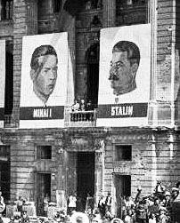 O improvável: cartazes de Miguel I, rei da Roménia e Estaline. 23 de Agosto de 1945.