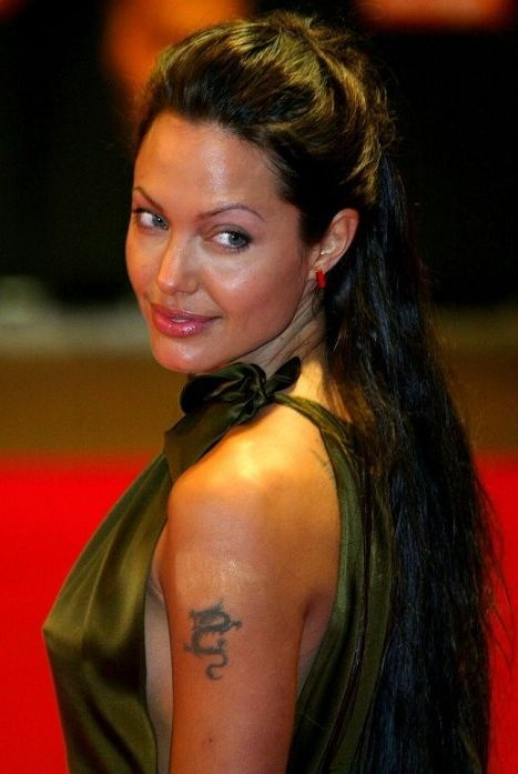 Самые ужасные татуировки знаменитостей. Анджелина Джоли (Angelina Jolie) продолжает расписывать свое тело, однако после расставания с Билли Бобом Торнтоном (Billy Bob Thornton) от одной тату ей все же пришлось избавиться.