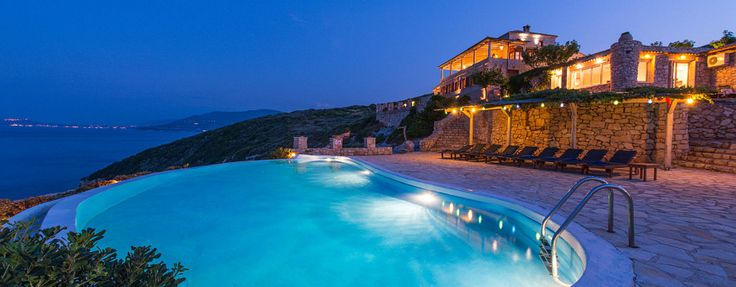 """Auch die """"Mittelmeer Zante Blue Villa"""" liegt über den spektakulären blauen Buchten im Nordosten der Insel.  Mit 4 Schlaf- und Badezimmern und 250 m² Wohnfläche finden Sie hier jede nur erdenkliche Annehmlichkeit.  Ob atemberaubender Panorama-Meerblick oder privater Pool und Hydromassage - Hier ist für alles gesorgt.  Es gibt Kanus, Schnorchel- und Angelausrüstung, Mountainbikes und Sternwarte für die Gäste dieser bezaubernden Villa.  #Ferien #Sommer #Villa #Urlaub #Reisen #Zakynthos"""