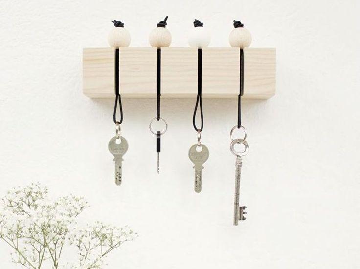 Tutoriale DIY: Cómo hacer un porta llaves minimalista con bolas de madera vía DaWanda.com