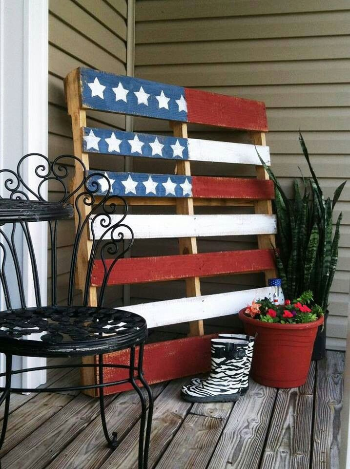 This DIY pallet flag is the perfect 4th of July decor. | Stylish Western Home Decorating